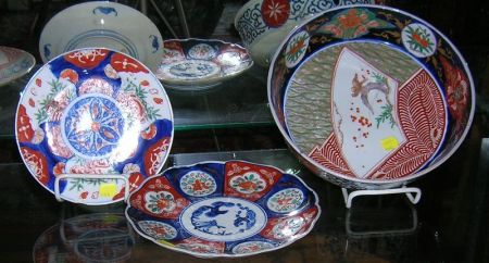 Modern Chinese Export Imari Palette Porcelain Fruit Bowl, Two Plates, and a Chamber Pot.