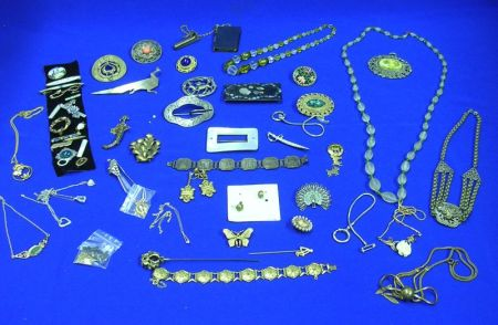 Lot of Miscellaneous Costume JewelryLot of Miscellaneous Costume Jewelry