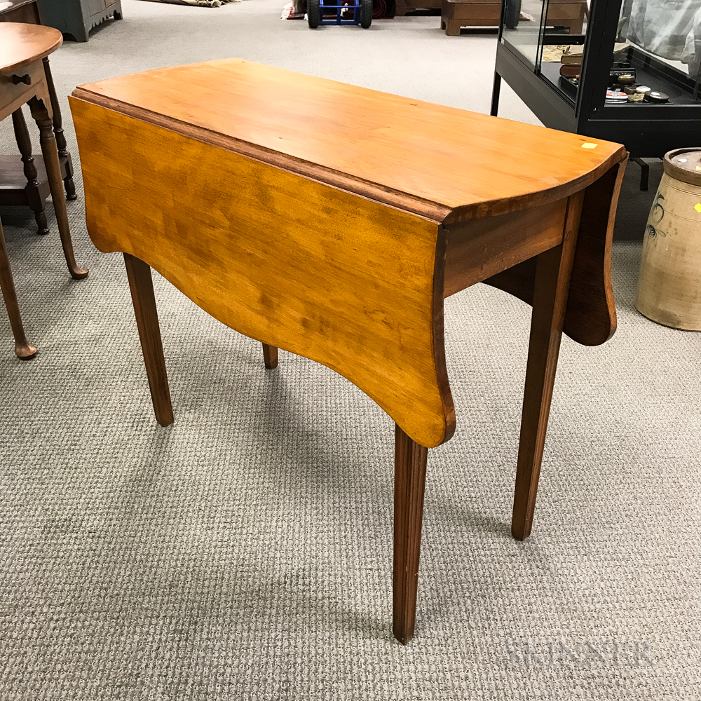 Federal-style Mahogany Drop-leaf Shaped-top Table