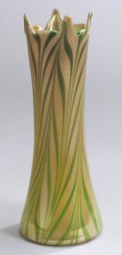 Kew Blas Green and Gold Pulled-Feather Glass Vase