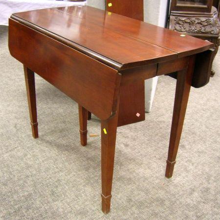 Federal-style Mahogany Veneer Drop-leaf Table