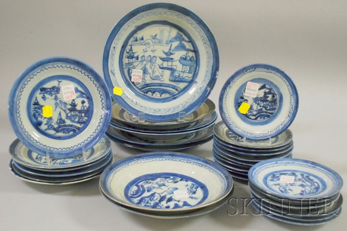 Thirty Chinese Export Porcelain Canton Plates