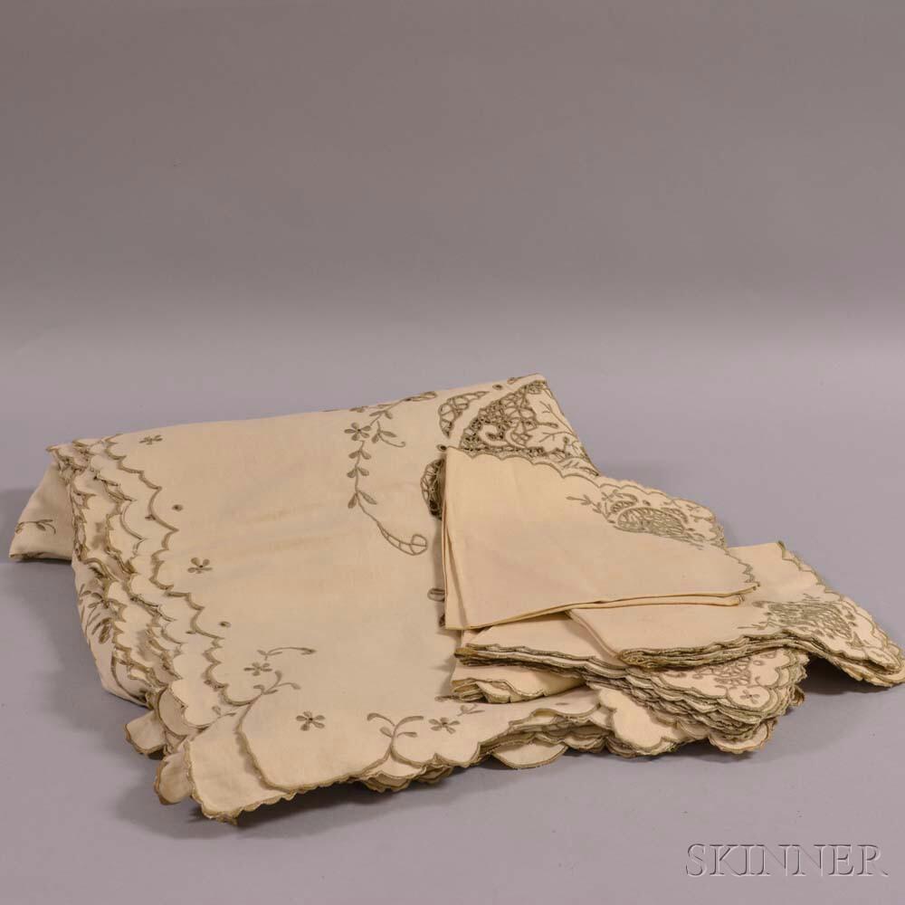 Linen Tablecloth and Napkins.     Estimate $20-200